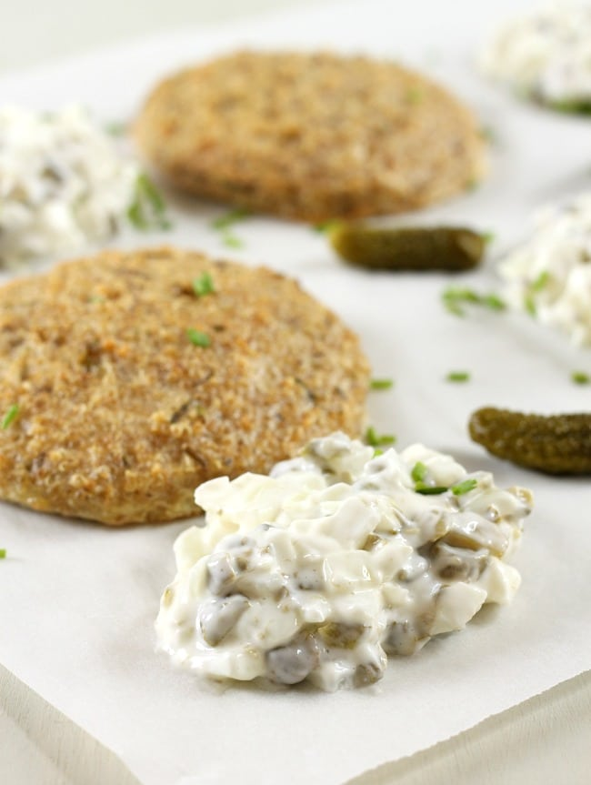 Cheesy quinoa cakes served with easy homemade tartare sauce / amuse-your-bouche.com