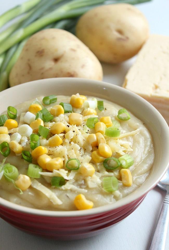 Slow cooker loaded baked potato soup / amuse-your-bouche.com