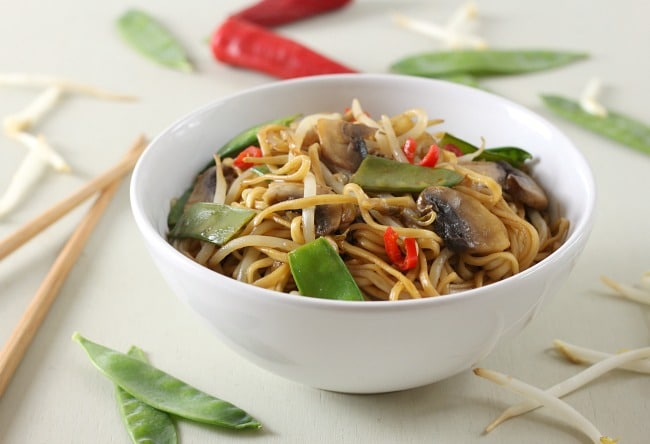 Veggie chow mein - it's so easy to make your own Chinese take away at home! / amuse-your-bouche.com