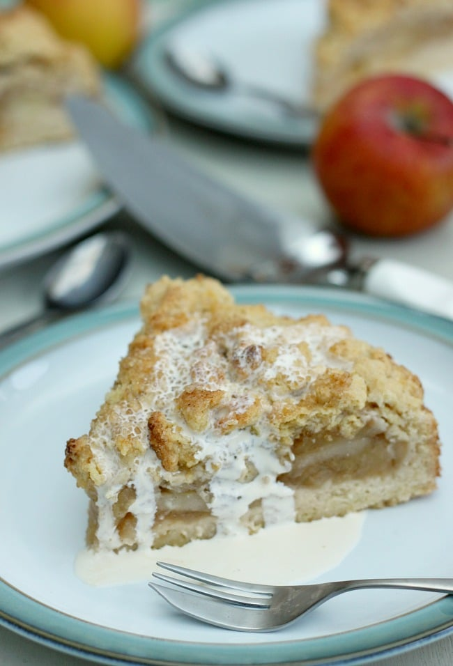 German Krummeltorte - an apple crumble / apple cake / apple pie hybrid! SO easy to make! / amuse-your-bouche.com