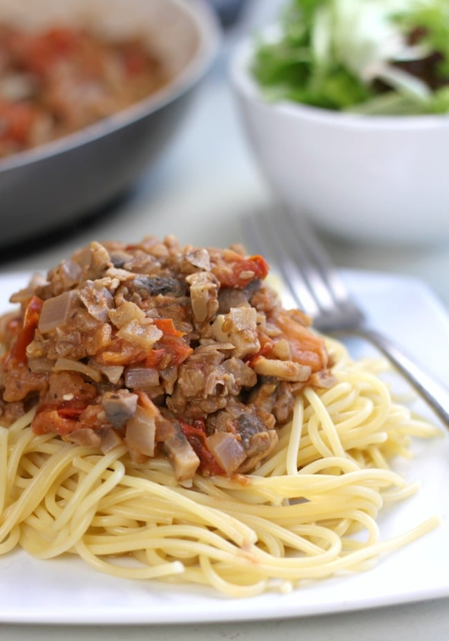 Mushroom and walnut bolognese - an easy vegan dinner in 20 minutes!