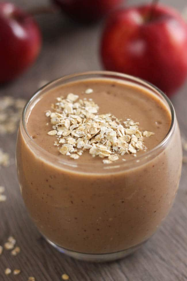 Healthy apple crumble smoothie - this healthy breakfast smoothie tastes just like my favourite apple crumble (but there's no added sugar!)