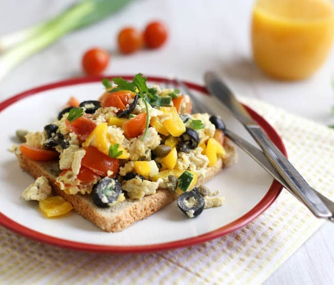 Mediterranean scrambled eggs - an easy, healthy vegetarian breakfast that's packed with flavour!