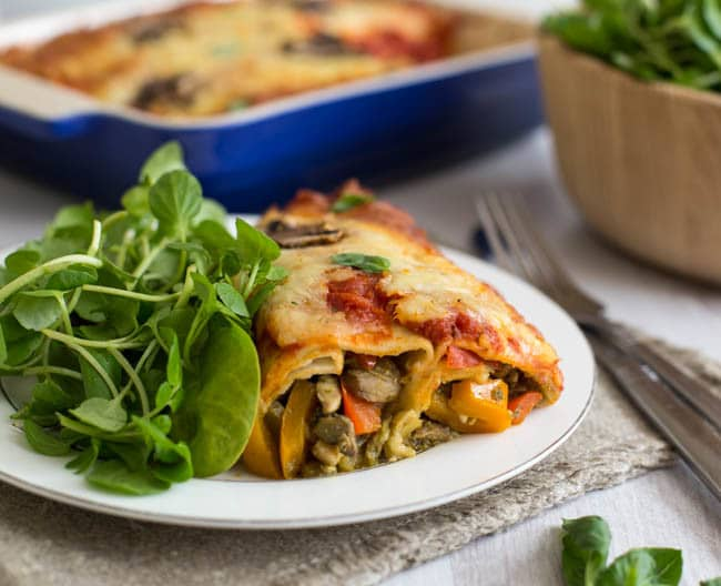 Pizza enchiladas - flour tortillas, stuffed with your favourite pizza toppings, and topped with pizza sauce and cheese! Such a brilliant combination, and a great vegetarian weeknight dinner!