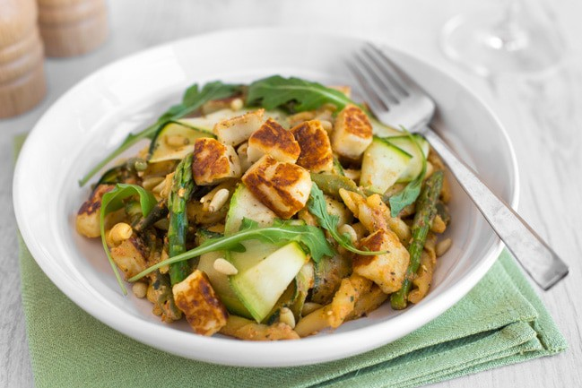 Asparagus and halloumi pasta, with an unbelievably delicious smoky tomato pesto - made with Greek yogurt so it's extra creamy! This is such a great easy vegetarian dinner.