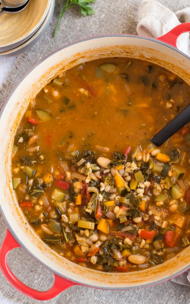 Tuscan bean and veggie soup - a super hearty vegetarian / vegan soup ...