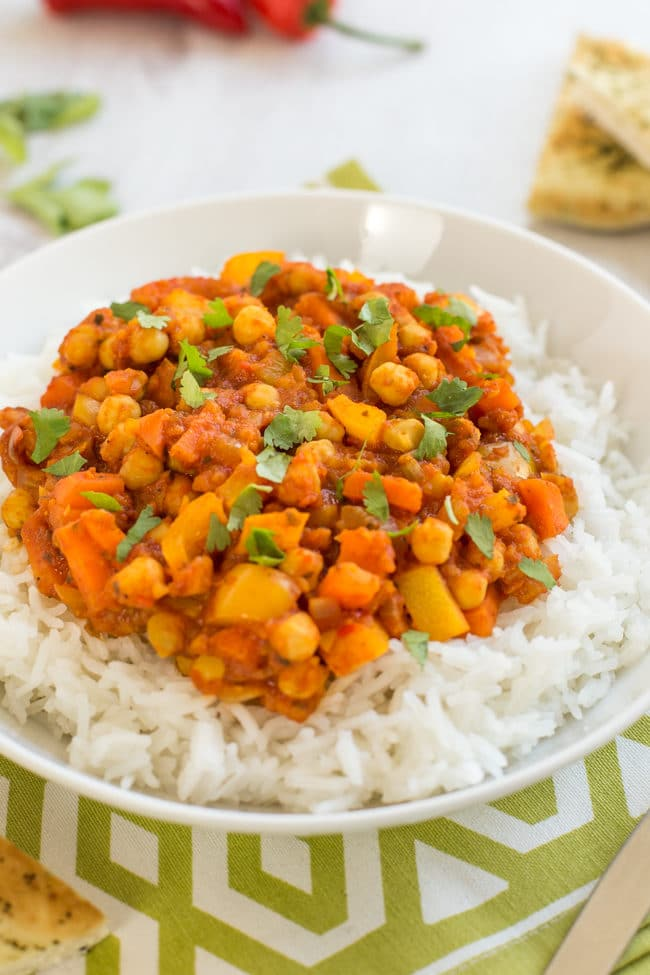Mango chickpea curry - this easy vegan curry has fresh mango blended right into the sauce, which gives a beautiful fruity sweetness! Vegetarian, vegan, gluten-free.