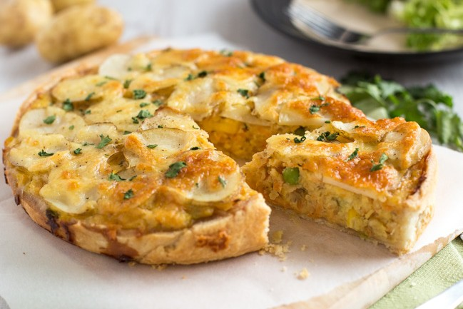 Cheesy potato and lentil pie - this tasty vegetarian pie comes together in just 30 minutes, and it's so yum! Full of protein and veggies, but it still feels really indulgent.