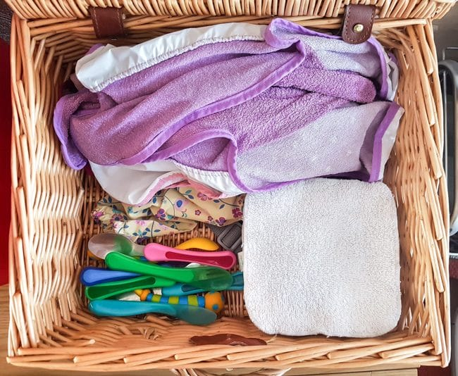 Hamper with BLW equipment - long-sleeved bibs, baby spoons, reusable baby wipes